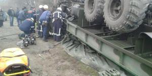 Названа  причина аварии, в которой перевернулся грузовик с военными