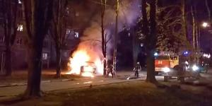 В запорожском дворе вспыхнуло такси (Видео)