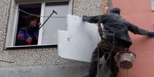 Жилец запорожской многоэтажки угрожал обрезать трос работнику, утепляющему фасад