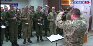 Запорожские военные почтили память киборгов флешмобом в аэропорту (Видео)