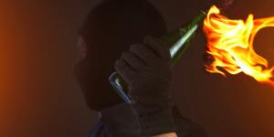 На автостоянку в спальном районе Запорожья бросили бутылку с зажигательной смесью