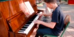 В мелитопольском парке установили пианино, на котором каждый вечер играют все желающие