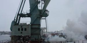 В Запорожье горел кран, который используется для строительства мостов