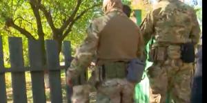 """""""Оружие есть?"""" – в сети опубликовали видео задержания боевика """"ДНР"""" в запорожском селе"""