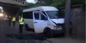 В Запорожье маршрутка с пассажирами врезалась в столб: пострадали 4 человека (Фото)