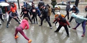 Десятки запорожцев устроили зарядку в центре города под проливным дождем