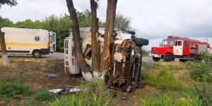 Под Запорожьем из-за аварии перевернулся грузовик: один человек погиб, двое в больнице (ФОТО)