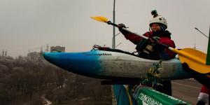 Запорожцы прыгали с моста на каяках (Фото)