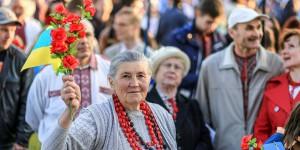 В вышиванке по проспекту: запорожцы отметили праздник шествием (Фото)