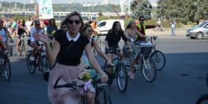 По Запорожью на велосипедах проехались десятки девушек в разноцветных платьях (Фото)