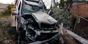 """Пьяный водитель влетел на """"Мерседесе"""" в столб и снес забор"""
