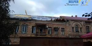 Рабочие оставили жильцов исторического дома под дождем без крыши