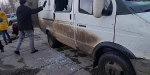 На запорожском курорте жители забросали камнями микроавтобус, перевозивший бродячих животных