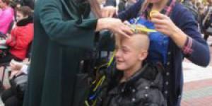 В Запорожской области устанавливать рекорд по патриотическим прическам помогали парни