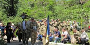 В Запорожской области с погибшим бойцом простились на коленях (Фото)