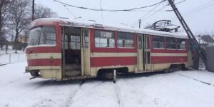 На Шевченковском трамвай сошел с рельс и снес столб (Фото)