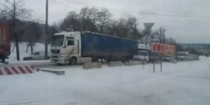 На запорожской Набережной на заснеженной дороге образовалась пробка