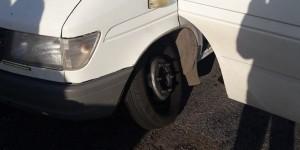 На запорожской трассе маршрутчик с пассажирами угодил в яму, потеряв колесо