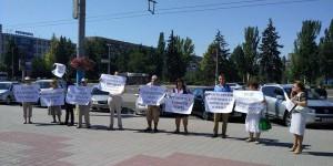 """Защитники парка напротив """"Украины"""" встречают Порошенко малочисленным митингом (Фото)"""