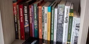 Порошенко признался, что несмотря на отсутствие времени читает книгу мелитопольского бойца
