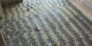 """""""Ковер из долларов и евро"""" – в полиции опубликовали фото с обысков в запорожском ВУЗе"""