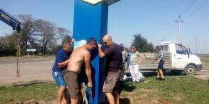 На въезде в запорожское село установили стелу из пластика, чтобы не позарились металлисты
