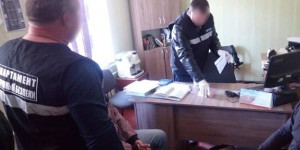 Следователю в Запорожской области принесли взятку в книге (Фото)