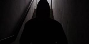 Рецидивист ограбил пенсионера в подъезде собственного дома
