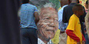 Дочь Нельсона Манделы дефилировала по красной дорожке, пока ее отец умирал