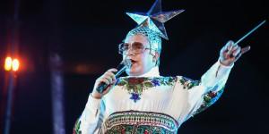 На концерте в Запорожье Верка Сердючка пила шампанское и сняла звезду (Фоторепортаж)
