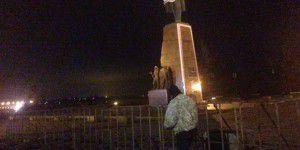 Запорожанка собирает на сносе Ленину деньги для военых