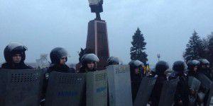 В Запорожье Ленина оцепили несколько сотен милиционеров с щитами (Фото)