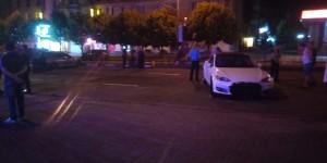 В центре Запорожья водитель Tesla снес рекламный щит
