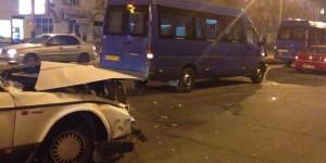 Видеорегистратор заснял момент аварии с участием маршрутки в центре Запорожья