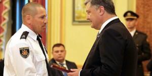 Запорожский полицейский, остановивший колонну террористов, получил награду из рук Президента