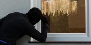 Под Запорожьем квартиру обворовали при помощи скрепки с ножницами