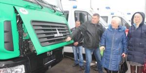 """Громадам Запорожской области передали ключи от новеньких """"скорых"""" и коммунальной техники"""