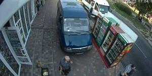 """Неуправляемая """"ГАЗель"""" сбила на тротуаре женщину и влетела в столб (Видео)"""