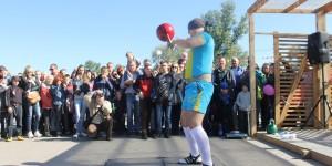 На Покровской ярмарке в Запорожье гиревик вслепую установил рекорд