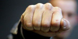 Запорожец, годами не плативший за электричество, напал с кулаками на монтера