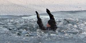 Запорожца, провалившегося под лед, спасали всем селом