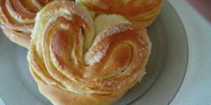 Запорожские патрульные спасли женщину от комы при помощи булочки