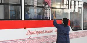 Особый ритуал: в мэрии рассказали, как коммунальщики по ночам моют трамваи (Фото)