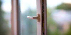 Молодая запорожанка выпрыгнула в окно после ссоры с мамой