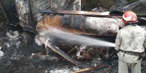 """Грузовик с """"Маздой"""" выгорели дотла: спасатели опубликовали фото с аварии на трассе под Запорожьем"""