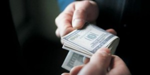 В Запорожье на долларовой взятке задержали телефонистку Нацгвардии